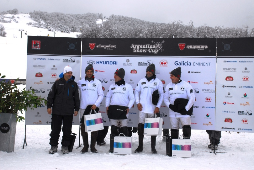 CHAPELCO 2013 Argentina Polo CUp - Snow Polo, Ganador equipo Galicia Eminent junto a Nicolas Rojas Gerente de Inversiones MArketing Minorista Banco Galicia DAC_8191 - copia