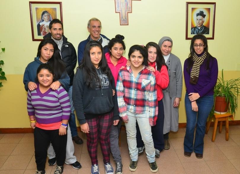 Juan Cruz Gomez Oromi, Juan Cruz Adrogue junto a la hermana Estela Morel y algunas de las chicas del Hogar Casa Nueva Nazaret