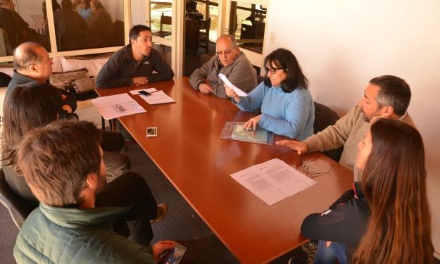 Nieves del Chapelco S.A. entrega a las autoridades del hospital y su cooperadora, la recaudación del día solidario y dona igual aporte al recaudado