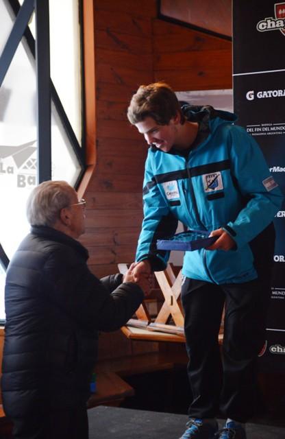 Tomas Rivara, campeon argentino Junior de SMA recibe Trofeo de manos de  Americo Astete, pionero de CHapelco