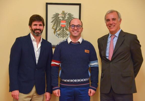 el cónsul de Austria en la Argentina Christian Irbinger recibió a Juan Cruz Adrogué el cónsul de Austria en la Argentina Christian Irbinger recibió a Juan Cruz Adrogué el sweataer de la hermandad.